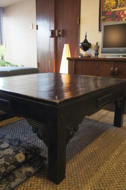 古い麻雀テーブルを加工した座卓は、つや消し黒&アンティーク仕上げをしてあります。後ろに映るバリの扉も、温かみがあっていいですね。